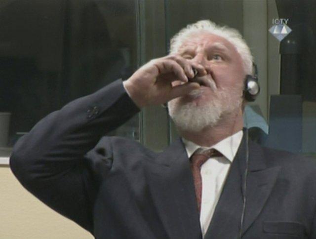 El ex comandante de guerra de las fuerzas croatas de Bosnia, Slobodan Praljak, es visto durante una audiencia en el tribunal de crímenes de guerra de la ONU en La Haya, Holanda, el 29 de noviembre de 2017. El TPIY a través de REUTERS TV