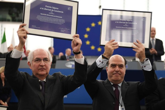 Venezuelan opposition leader Julio Borges (R) and former mayor of Caracas Antonio Ledezma pose with their European Parliament's Sakharov human rights prize during an award ceremony at the European Parliament in Strasbourg, eastern France, on December 13, 2017. / AFP PHOTO / FREDERICK FLORIN