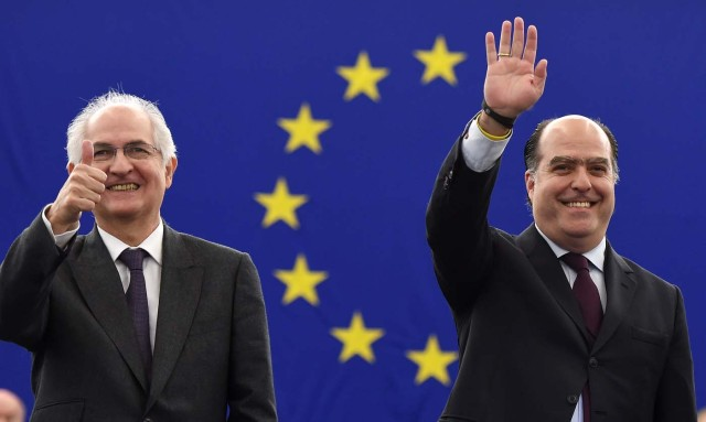 Venezuelan opposition leader Julio Borges (R) and former mayor of Caracas Antonio Ledezma gesture as they arrive at the European Parliament to attend the Sakharov human rights prize ceremony on December 13, 2017 in Strasbourg, eastern France. / AFP PHOTO / FREDERICK FLORIN