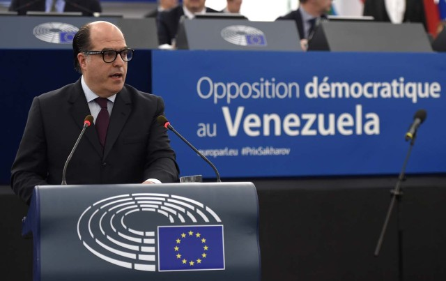 Venezuelan opposition leader Julio Borges delivers a speech during a ceremony for the 2017 Sakharov human rights prize dedicated to the Venezuelan Democratic Opposition at the European Parliament, in Strasbourg, eastern France, on December 13, 2017. / AFP PHOTO / FREDERICK FLORIN