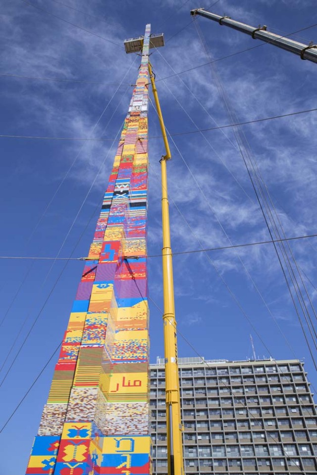 A picture taken on December 27, 2017 shows a LEGO tower under construction in Tel Aviv's Rabin Square, as the city attempts to break Guinness World Record of the highest such structure. / AFP PHOTO / JACK GUEZ