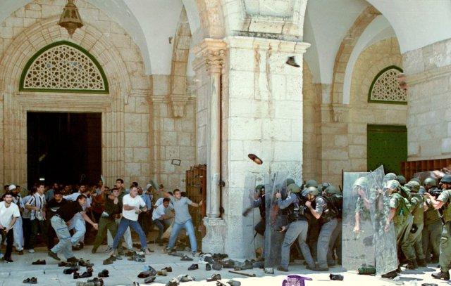 Palestinos lanzan zapatos a la policía israelí en la mezquita Al Aqsa en 2001, durante la segunda intifada. Credit Getty Images