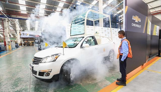 Ayer la empresa General Motors presentó en su planta de Bogotá, en Colombia, uno de los tres papamóviles modificados. (El Comercio / Rolly Reyna)