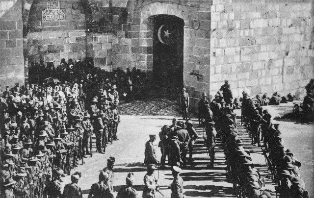 Soldados británicos en la Puerta de Jaffa a la espera de que llegue el general Edmund Alleby, en 1917 Credit Culture Club/Getty Images