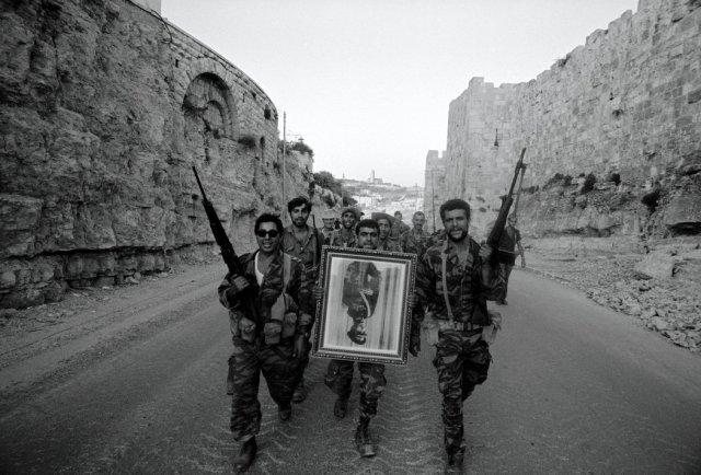 Después de que Israel tomara el control de Jerusalén este en 1967, sus soldados cargaron un retrato confiscado del rey Husein de Jordania. Credit Leonard Freed/Magnum Photos