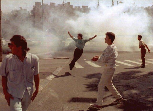 Un enfrentamiento entre palestinos e israelíes en Jerusalén en 1993 Credit Menahem Kahana/Agence France-Presse — Getty Images