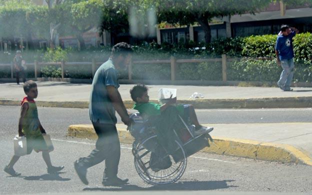 Los infantes deambulan por las calles solos o acompañados por sus padres. (Foto: María Fuenmayor)