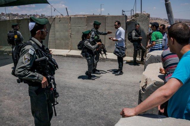 Soldados israelíes niegan a palestinos la entrada a Jerusalén en 2016 Credit Daniel Berehulak para The New York Times