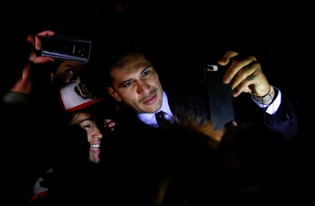 El capitán de la selección peruana de fútbol, Paolo Guerrero, posa para una fotografía con un hincha de su combinado patrio en Zúrich, nov 30, 2017. REUTERS/Arnd Wiegmann