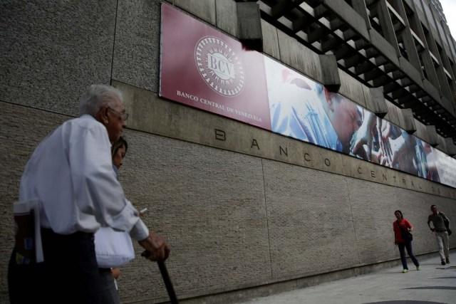 People walk outside of the Venezuela's Central Bank in Caracas, Venezuela December 1, 2017. REUTERS/Marco Bello