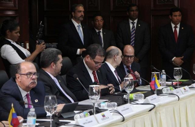 Julio Borges, presidente de la Asamblea Nacional de Venezuela y legislador de la coalición venezolana de partidos de oposición (MUD) y miembros de la oposición venezolana asisten a la reunión del gobierno venezolano y de la coalición opositora en Santo Domingo, República Dominicana, el 1 de diciembre de 2017. REUTERS / Ricardo Roja