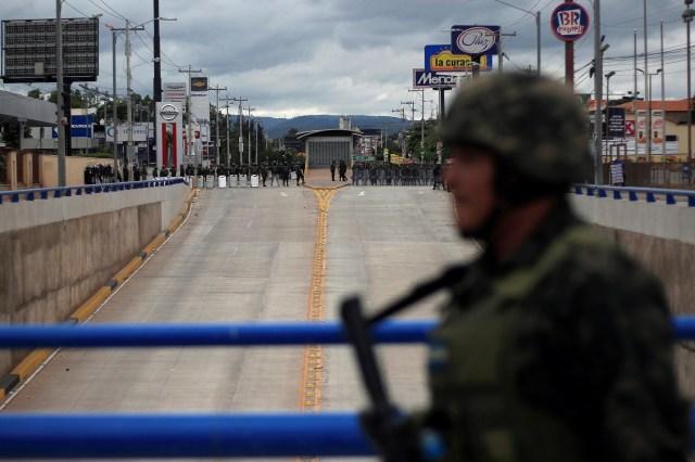 Imagen de archivo. Soldados custodian el edificio donde están guardadas las urnas con los votos de la elección presidencial en Tegucigalpa, Honduras, 3 de diciembre de 2017. REUTERS/Jorge Cabrera