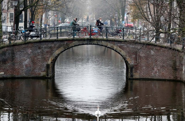 Cyclist ride on a bridge in central Amsterdam, Netherlands, December 1, 2017. REUTERS/Yves Herman