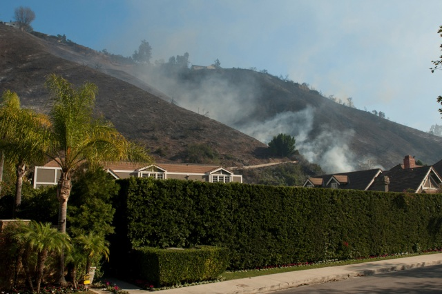 Smoke left from the Skirball fire rises over homes near the Bel Air neighborhood on the west side of Los Angeles, California, U.S., December 6, 2017.      REUTERS/Andrew Cullen