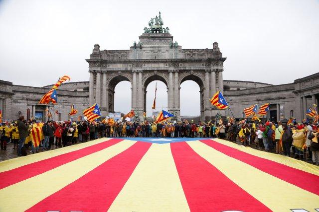 Catalanes proindependentistas de toda Europa participan en un mitin que muestra su apoyo al depuesto líder catalán Carles Puigdemont y su gobierno, en Bruselas, Bélgica, el 7 de diciembre de 2017. REUTERS / Francois Lenoir