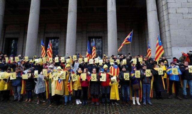 Catalanes proindependentistas de toda Europa participan en una manifestación que muestra su apoyo al derrocado líder catalán Carles Puigdemont y su gobierno, en Bruselas, Bélgica, el 7 de diciembre de 2017. REUTERS / Yves Herman