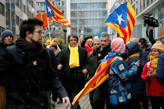 El depuesto líder catalán Carles Puigdemont participa en un mitin a favor de la independencia de Cataluña, en Bruselas, Bélgica, el 7 de diciembre de 2017. REUTERS / Francois Lenoir