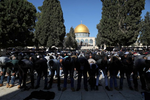 "Worshippers pray during Friday prayers on the compound known to Muslims as Noble Sanctuary and to Jews as Temple Mount in Jerusalem's Old City, as Palestinians call for a ""day of rage"" in response to U.S. President Donald Trump's recognition of Jerusalem as Israel's capital December 8, 2017. REUTERS/Ammar Awad"