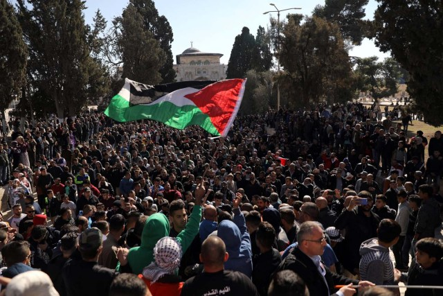 "Worshippers wave a Palestinian flag after Friday prayers on the compound known to Muslims as Noble Sanctuary and to Jews as Temple Mount in Jerusalem's Old City, as Palestinians call for a ""day of rage"" in response to U.S. President Donald Trump's recognition of Jerusalem as Israel's capital December 8, 2017. REUTERS/Ammar Awad"
