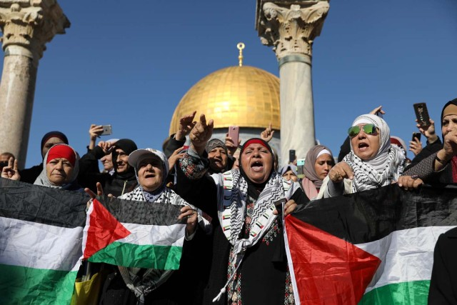 "Worshippers chant as they hold Palestinian flags after Friday prayers on the compound known to Muslims as Noble Sanctuary and to Jews as Temple Mount in Jerusalem's Old City, as Palestinians call for a ""day of rage"" in response to U.S. President Donald Trump's recognition of Jerusalem as Israel's capital December 8, 2017. REUTERS/Ammar Awad"