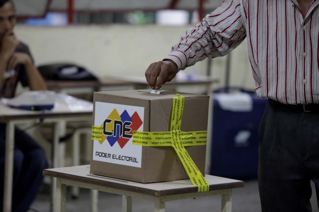 A man cast his vote at a polling station during a nationwide election for new mayors, in Caracas, Venezuela December 10, 2017. REUTERS/Fabiola Ferrero
