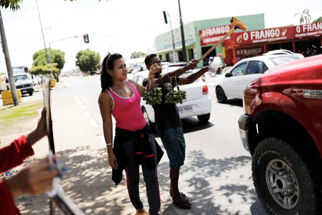 "Venezuelans sell fruits, car accessories and offer to wash car windows at traffic lights in Boa Vista, Roraima state, Brazil November 18, 2017. REUTERS/Nacho Doce SEARCH ""VENEZUELAN MIGRANTS"" FOR THIS STORY. SEARCH ""WIDER IMAGE"" FOR ALL STORIES."
