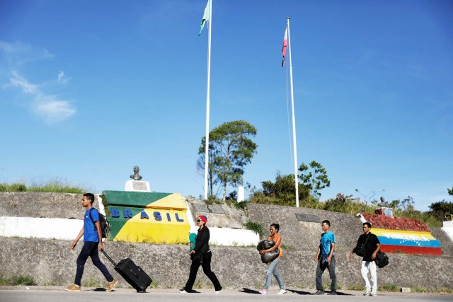 "Venezuelans walk across the border from Venezuela into the Brazilian city of Pacaraima, Roraima state, Brazil November 16, 2017. REUTERS/Nacho Doce SEARCH ""VENEZUELAN MIGRANTS"" FOR THIS STORY. SEARCH ""WIDER IMAGE"" FOR ALL STORIES."