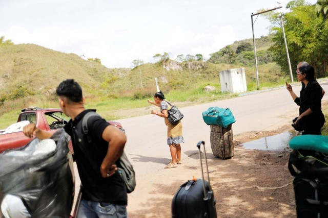 "Venezuelans attempt to hitchhike after they crossed the border from Venezuela into the Brazilian city of Pacaraima, Roraima state, Brazil November 16, 2017. REUTERS/Nacho Doce SEARCH ""VENEZUELAN MIGRANTS"" FOR THIS STORY. SEARCH ""WIDER IMAGE"" FOR ALL STORIES."