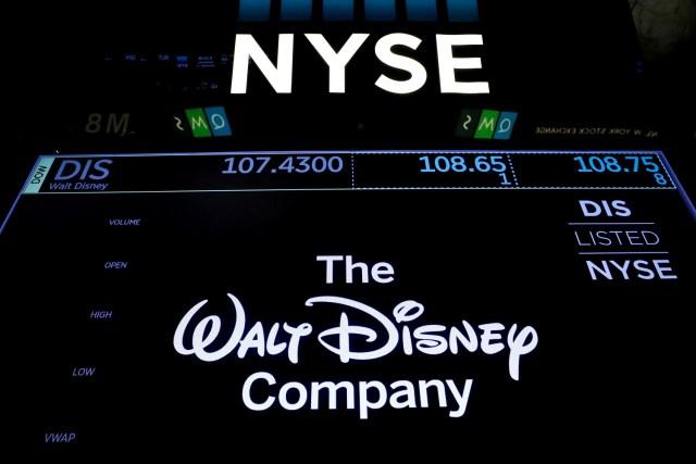 Una pantalla muestra las operaciones de The Walt Disney Company en la Bolsa de Nueva York. 13 diciembre 2017. REUTERS/Brendan McDermid