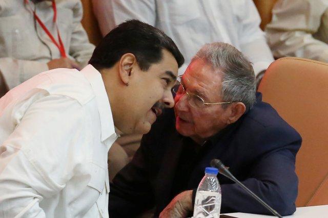 Raúl Castro y Nicolás Maduro comparten confidencias durante el 13 aniversario de la creación del ALBA (Alianza Bolivariana para los Pueblos de Nuestra América), el pasado14 de diciembre en La Habana - Reuters Foto: Reuters
