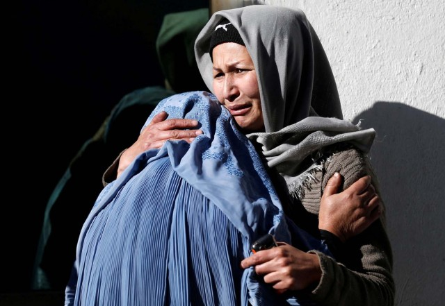 Afghan women mourn inside a hospital compound after a suicide attack in Kabul, Afghanistan December 28, 2017. REUTERS/Mohammad Ismail TPX IMAGES OF THE DAY