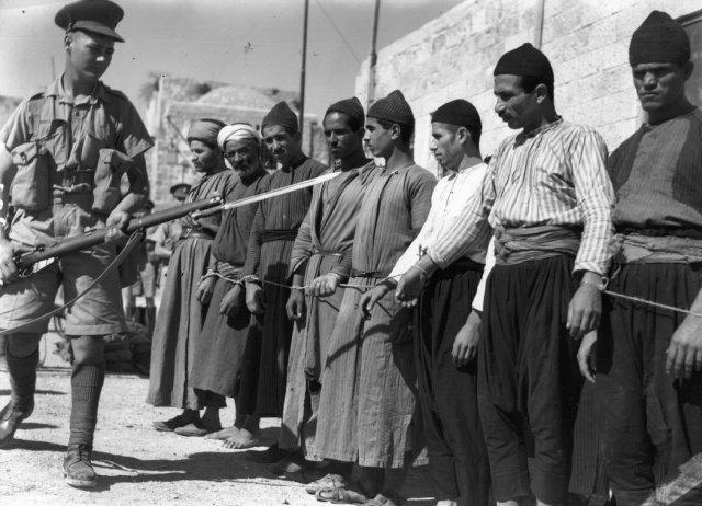 Prisioneros palestinos en la Ciudad Vieja de Jerusalén durante el mandato británico Credit Fox Photos, via Getty Images
