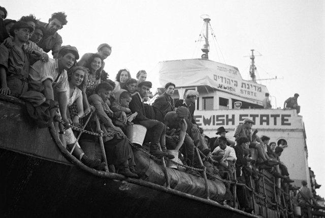Las autoridades británicas deportaron a migrantes judíos desde Haifa en 1947. Credit Pinn Hans/Agence France-Press - Getty Images