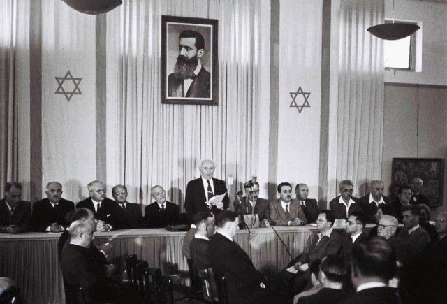 David Ben Gurion lee la declaración independentista de Israel el 14 de mayo de 1948 en Tel Aviv. Credit Zoltan Kluger/Oficina de Prensa del gobierno israelí vía Getty Images