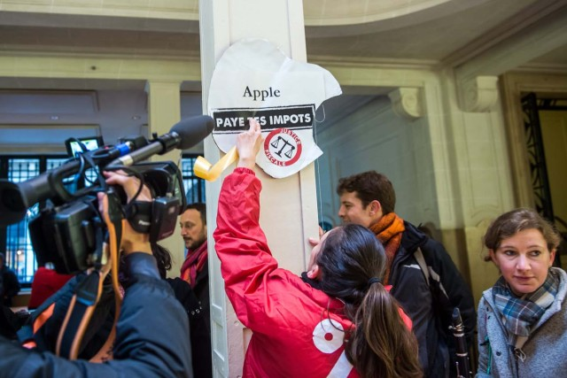 Paris (France), 02/12/2017.- Activists of ATTAC, an anti-globalization organization hold banner reading 'Apple pay your taxes', in an Apple store to denounce the tax evasion used, according to them, by the American electronics group in Paris, France, 02 December 2017. (Protestas, Francia) EFE/EPA/CHRISTOPHE PETIT TESSON