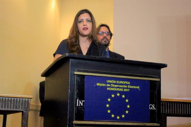 """La jefa de la Misión de Observación Electoral de la Unión Europea (UE), Marisa Matías, habla hoy, lunes 4 de diciembre de 2017, en Tegucigalpa (Honduras), durante una rueda de prensa sobre el proceso electoral en Honduras. La Misión de Observación Electoral de la Unión Europea (MOE UE) dijo hoy que la petición de la Alianza de Oposición contra la Dictadura de revisar más de 5.000 actas inconsistentes de los comicios es razonable, por lo que instó a las autoridades electorales de Honduras a """"aceptar"""" la solicitud. EFE/Gustavo"""