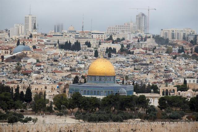 Vista de la ciudad vieja de Jerusalén, hoy, 6 de diciembre de 2017. El presidente de EE.UU., Donald Trump, prevé anunciar hoy su reconocimiento de Jerusalén como capital de Israel y ordenar que se traslade allí la embajada estadounidense, un anuncio que podría echar por tierra cualquier perspectiva de un proceso de paz mediado por Washington. EFE/ Atef Safadi