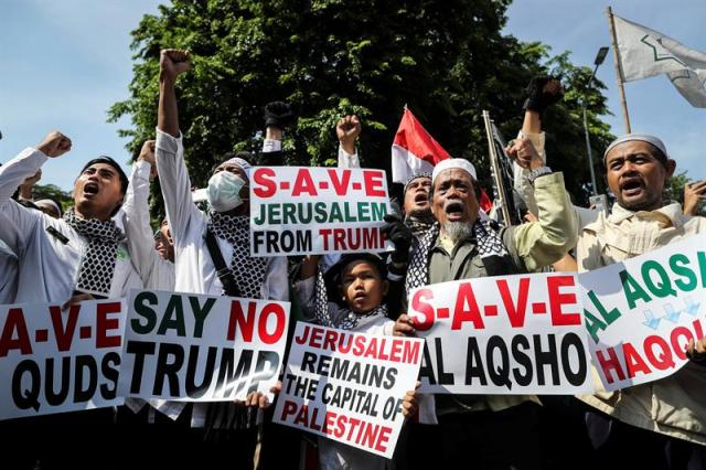 Activistas musulmanes protestan contra la decisión del presidente estadounidense, Donald J. Trump, de reconocer Jerusalén como la capital de Israel, delante de la Embajada de EE.UU. en Yakarta (Indonesia) hoy, 8 de diciembre de 2017. (Foto: EFE/ Mast Irham)