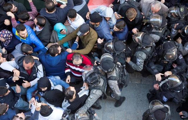Palestinos protestan en los alrededores de la mezquita Al-Aqsa en Jerusalén (Israel) hoy, 8 de diciembre de 2017. Las fuerzas de seguridad israelíes han sido movilizadas y reforzadas en Jerusalén y Cisjordania ante la convocatoria de protestas palestinas para este viernes, día sagrado musulmán, en rechazo a la decisión del presidente estadounidense Donald Trump de reconocer Jerusalén como capital de Israel. EFE/ Faiz Abu Rmeleh