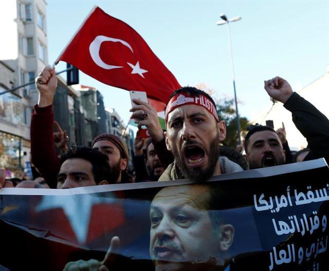 Ciudadanos turcos se manifiestan contra la decisión del presidente de los Estados Unidos, Donald Trump, de reconocer Jerusalén como capital de Israel, en Estambul (Turquía), hoy, 8 de diciembre de 2017. El presidente de EE.UU. EFE/ Sedat Suna