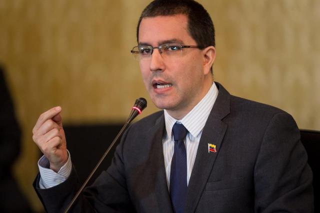 """El canciller venezolano, Jorge Arreaza (c), habla durante una reunión con los acompañantes internacionales para los comicios municipales del domingo hoy, viernes 8 de diciembre del 2017, en Caracas (Venezuela). El Gobierno venezolano aseguró hoy tener más de 3.000 millones de dólares """"bloqueados en el sistema financiero mundial"""" por las sanciones financieras dictadas en agosto por Estados Unidos contra la Administración de Nicolás Maduro por su supuesta deriva totalitaria. EFE/MIGUEL GUTIÉRREZ"""