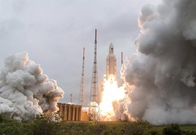 Fotografía cedida por la Agencia Espacial Francesa (CNES) que muestra el despegue del cohete Ariane 5 desde la base espacial de Kurú, en la Guayana Francesa (Sudamérica), ayer, 12 de diciembre de 2017. EL cohete lleva una carga de cuatro nuevos satélites del sistema europeo de navegación Galileo, que quiere competir con el estadounidense GPS. EFE/ Esa/cnes/arianespace/jm Guillon