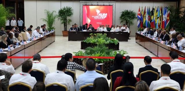 HAB04. LA HABANA (CUBA), 14/12/2017.- El ministro de Relaciones Exteriores de Cuba, Bruno Rodríguez (c-d), y su homólogo venezolano, Jorge Arreaza (c-i), asisten a la sesión de apertura del XVI Consejo Político de la Alianza Bolivariana para los Pueblos de América (ALBA) hoy, jueves 14 de diciembre de 2017, en La Habana (Cuba). EFE/Alejandro Ernesto