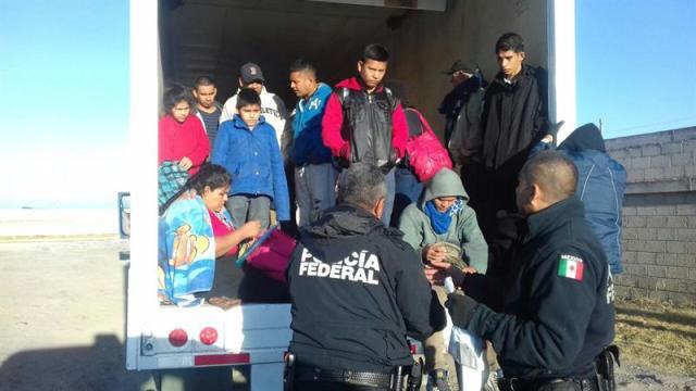 Fotografía cedida por la fiscalía mexicana, que muestra el sitio donde un total de 29 indocumentados centroamericanos fueron abandonados hoy, jueves 14 de diciembre de 2017, en el interior de un tráiler, de donde fueron rescatados por agentes federales, en el estado de Puebla (México). Los migrantes originarios de Guatemala, El Salvador y Honduras intentaban llegar a Estados Unidos, pero fueron abandonados sobre la autopista Puebla-Córdoba. EFE/PF/SOLO USO EDITORIAL