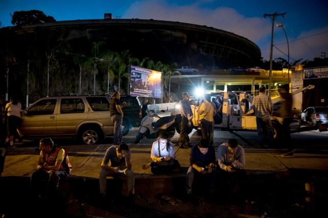 """Un grupo de familiares de personas privadas de libertad se reúnen en las inmediaciones de """"El Helicoide"""", sede del Servicio Bolivariano de Inteligencia Nacional (SEBIN) hoy, sábado 23 de diciembre del 2017, en la ciudad de Caracas (Venezuela). La excarcelación de un grupo de personas presas por hechos relacionados con las protestas en Venezuela lanzó hoy un mensaje de optimismo hacia la negociación que mantienen el Gobierno y la oposición para buscar una solución a la crisis que vive el país. EFE/MIGUEL GUTIERREZ"""