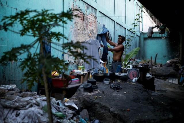 Fotografía del 22 de diciembre de 2017 de hombres en el Río Guaire debajo de un puente, en la ciudad de Caracas (Venezuela). La severa crisis económica y social de Venezuela ha modificado los paisajes de la capital, no solo por la existencia de ciudadanos que buscan comida en la basura, sino también por la presencia de personas que han tomado los puentes como lugares de abrigo, algunos ya habitados por antiguos residentes. EFE/MIGUEL GUTIÉRREZ