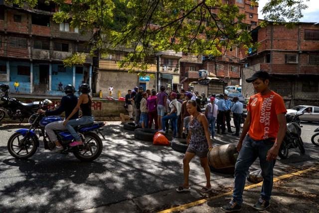 """ACOMPAÑA CRÓNICA: VENEZUELA CRISIS. CAR09. CARACAS (VENEZUELA), 27/12/2017.- Un grupo de personas participa en una manifestación hoy, miércoles 27 de diciembre del 2017, en Caracas (Venezuela). Venezuela vive una Navidad con focos de protestas pues en la última semana se han registrado, casi a diario, manifestaciones por falta de """"todo"""" lo que incluye gas doméstico, alimentos y agua, algo que, sumado a la grave crisis económica, ha convertido estas fiestas en """"las peores"""" de los últimos tiempos. EFE/MIGUEL GUTIÉRREZ"""