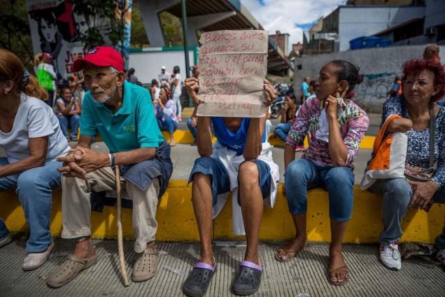 CAR20. CARACAS (VENEZUELA), 28/12/2018.- Un grupo de personas protesta frente a miembros de la Policía Nacional Bolivariana (PNB) hoy, jueves 28 de diciembre del 2017, en Caracas (Venezuela). Las protestas por la escasez, la carestía de alimentos y la falta de gas doméstico y agua continuaron hoy en Caracas y otras ciudades del país, según pudo constatar Efe y de acuerdo con información de medios locales. EFE/MIGUEL GUTIÉRREZ