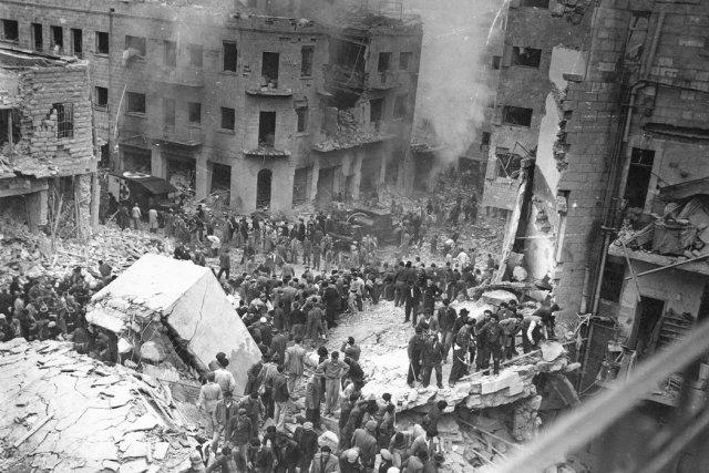 Edificios dañados en la calle Ben Yehuda en el centro de Jerusalén tras la explosión de los autos bomba en febrero de 1948 Credit Hugo H. Mendelsohn/Agence France-Presse — Getty Images