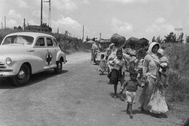 Unos palestinos en Jerusalén abandonando el sector judío para ir al territorio árabe aproximadamente en 1948 Credit Three Lions/Getty Images